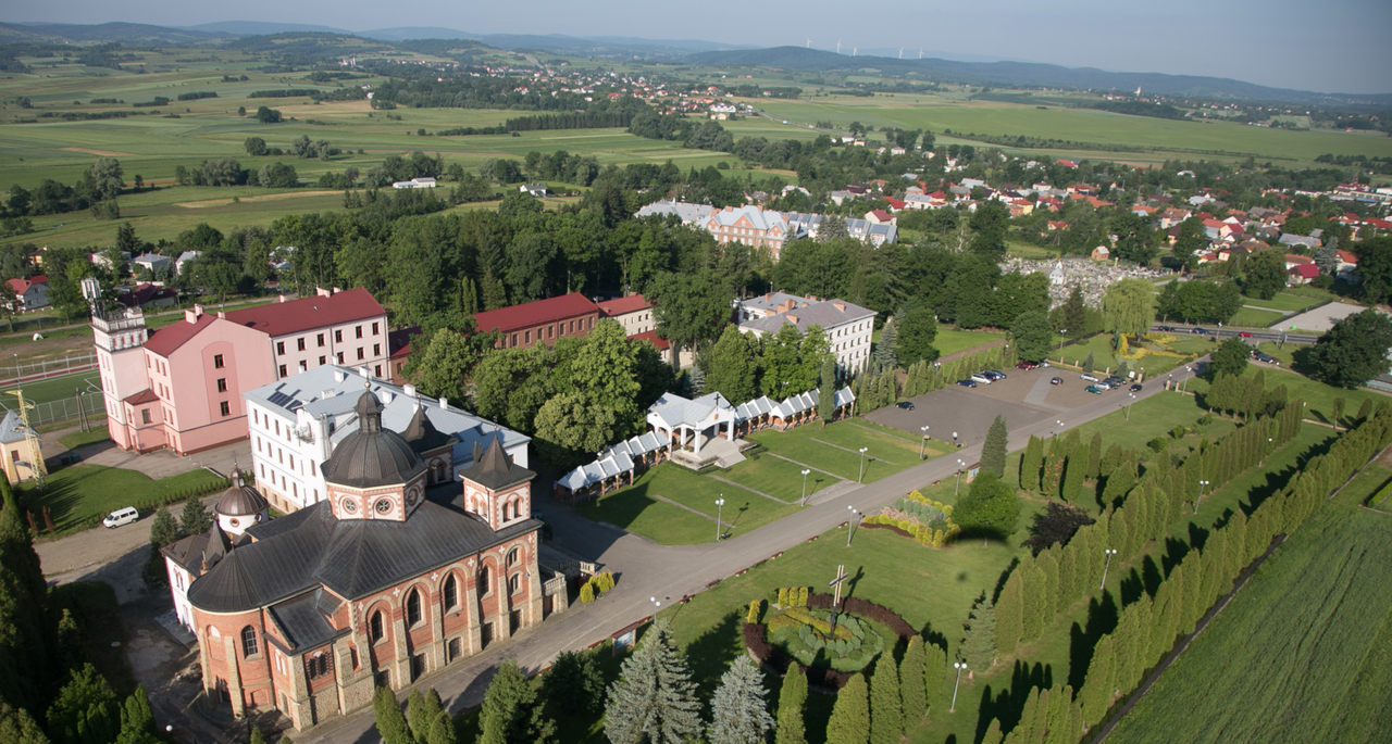 Sanktuarium św. Michała Archanioła i bł. Bronisława Markiewicza wraz z klasztorem księży michalitów i szkołą 1.jpeg
