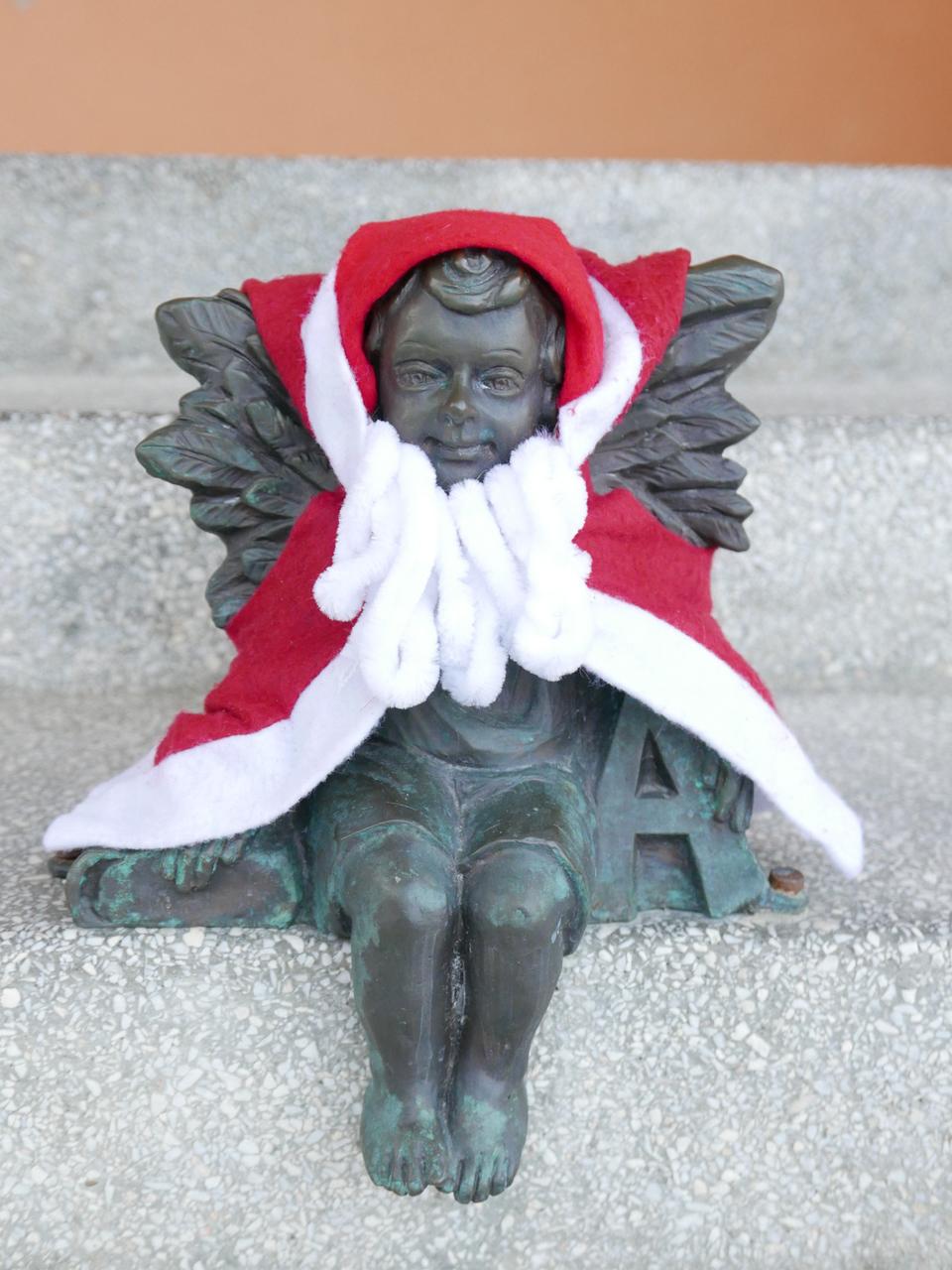 Aniołek Gabryś w zimowej pelerynce.jpeg