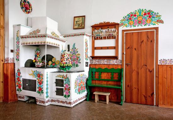 Malowany piec- wnętrze Domu Malarek